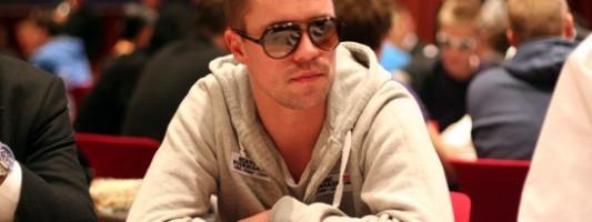 Микаэль Мазе играет в покер